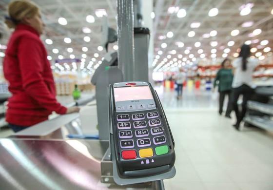 В России появится сервис, позволяющий снимать деньги с карты на кассе магазина